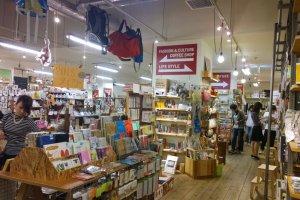 Standard Bookstore นั้นเป็นร้านหนังสือในสไตล์ Zakka Shop ที่มีของขายกระจุกกระจิกหลายอย่างแทรกตัวไปกับชั้นวางหนังสือเพื่อ ซึ่งสิ้นค้าเก๋ๆ นั้นมีให้ช้อปตั้งแต่เครื่องเขียน, เครื่องครัว, ของดีไซน์เท่ๆ, ยันแฟชั่นฮิต