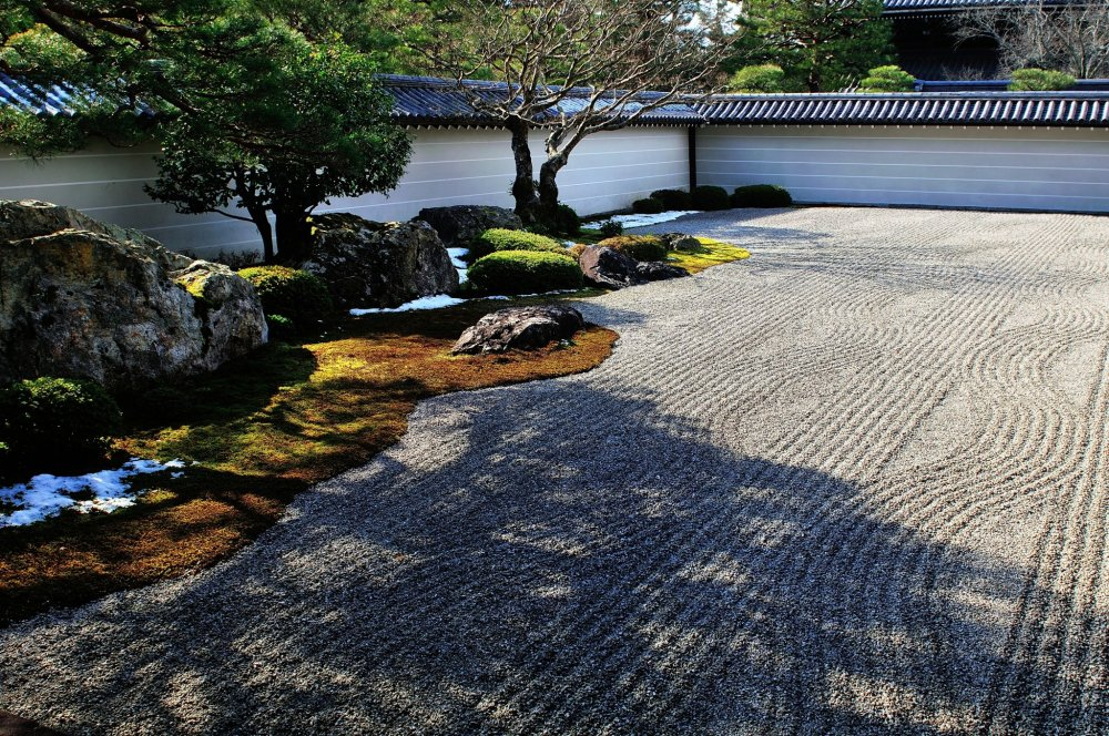 'Hojo Garden', also known as 'Tora-no-ko Watashi-no Niwa' (Garden of Tiger Cubs Crossing River), is a rock garden (Kare-Sansui Garden) in which large stones are placed.