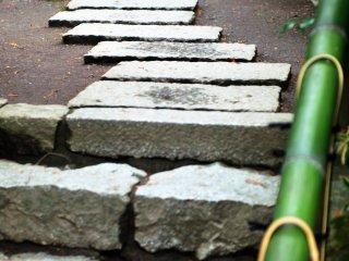 Мощеный камень в Нанзен-ин и зеленые бамбуковые перила