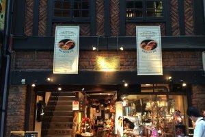 ジャパニーズスタイルのコーヒーを味わおうと、熊本市の繁華街上通り、創業69年の歴史を持つ岡田珈琲に足を伸ばした。