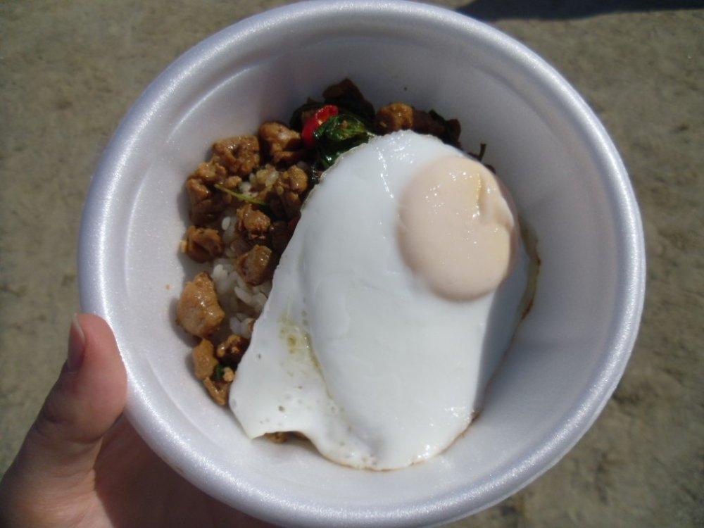 Beberapa makanan lezat yang ditawarkan, dibeli menggunakan sistem tiket. Ini adalah makanan Thailand.