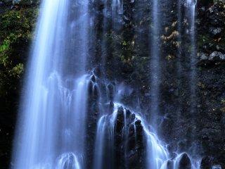 飛沫を上げて落ち込む名瀑、善五朗の滝