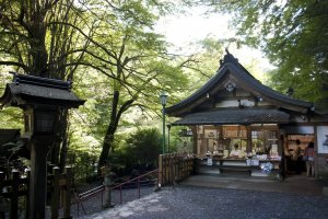 บริเวณร้านจำน่ายวัตถุมลคลตลอดจนของที่ระลึกและสำนักงานของศาลเจ้าคิบุเนะ
