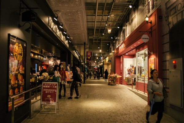 The cobbled pathway and Parisian lamp posts creates a European vibe.