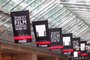 Di seluruh Roppongi Hills anda dapat melihat poster festival