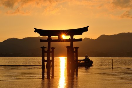 夕陽が造る海の道