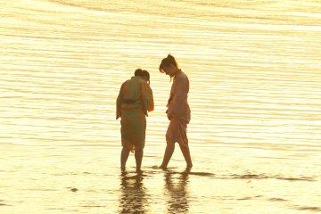 <p>Two girls wearing Yukata were playing at the beach...how cute!</p>