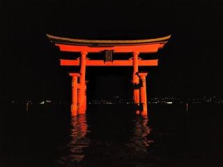 """""""日本三大鳥居""""に数えられ、現在のものは平清盛の造営時から8代目と言われる"""