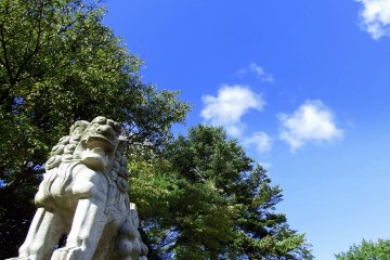 <p>Statue of guardian dog barking at the blue sky</p>