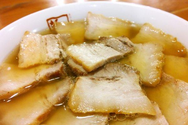 ยากิบูตะราเม็ง (焼豚ラーメン / Yakibuta Ramen) เมนูเด่นประจำร้าน บันไน โชกุโด (坂内食堂 / Bannai Shokudo) ที่ Kyoto Ramen Street ซึ่งสูตรเด็ดนี้เป็นราเม็งเส้นเหนียมนุ่มกรุบกรอบนั้นมาในซุปน้ำใส แต่ทุกอย่างถูกโปะหน้าซะมิดด้วยหมูชาชูอบอันแสนอร่อยที่เรียงรายมาจนเต็มพื้นที่ของชาม