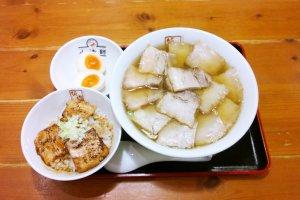 กินกันแบบสุดคุ้มต้องสั่งยากิบูตะราเม็ง (焼豚ラーメン / Yakibuta Ramen) เซ็ตใหญ่ ซึ่งนอกจากราเม็งชามโตแล้วนั้นก็ยังเสิร์ฟชาชูราดซอสเด็ดที่ทานกับข้าวญี่ปุ่นร้อนๆ อร่อยอย่าบอกใคร พร้อมไข่ต้มที่เข้ากันได้ดีกับราเม็งชามนี้ที่สุด