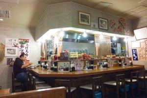 บรรยากาศภายในร้าน บันไน โชกุโด (坂内食堂 / Bannai Shokudo) ที่ Kyoto Ramen Street ด้านบนของสถานีเกียวโต (Kyoto Station)