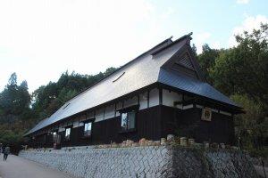 体験館の建物はその多くが福井・石川の各地から移築された古民家が実際に使われている。これだけでも見応えがある