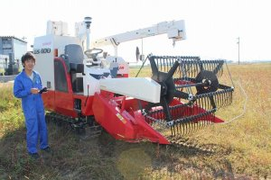 蕎麦刈り取り用のコンバイン