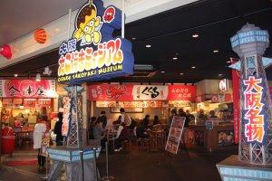 Osaka Takoyaki Museum (大阪たこ焼きミュージアム) แหล่งรวมทาโกะยากิแสนอร่อยทั่วคันไซที่รวบรวม 5 ร้านดังๆ ไว้ในที่เดียว แวะไปอรอ่ยกันได้ที่Universal Citywalk Osaka