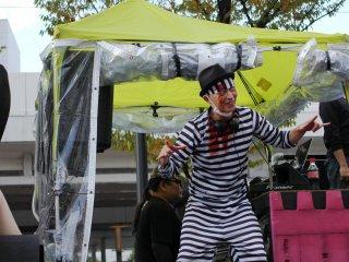 Bahkan DJ pun ikut terbawa suasana Halloween dan berdandan untuk acara tersebut.
