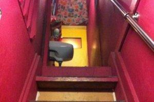Passage étroit et coloré pour accéder au comptoir du Hip bar