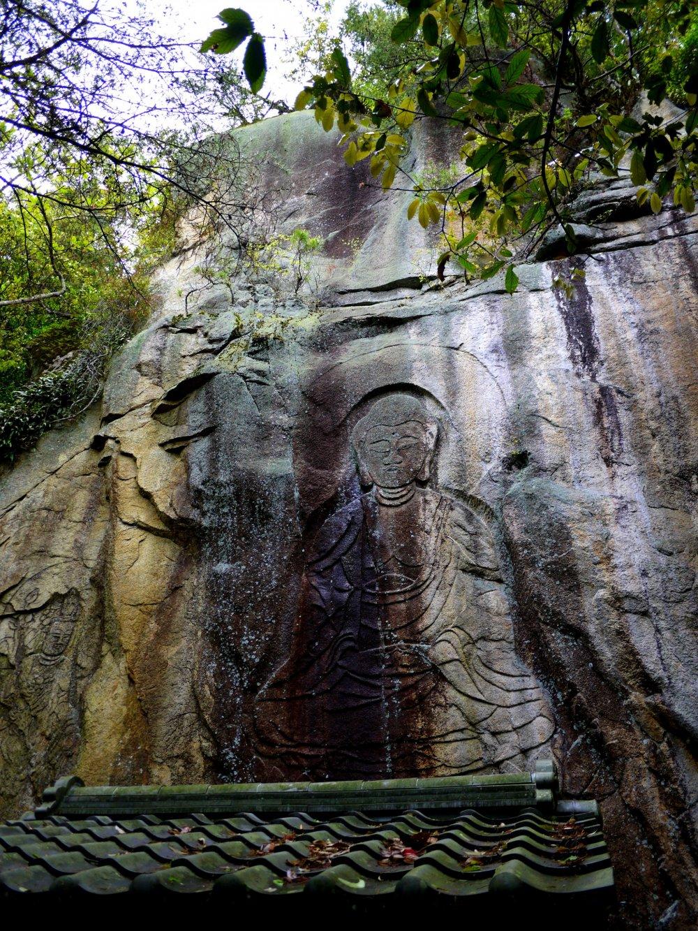 พระพุทธรูปแกะสลักสูง 6.3 เมตร