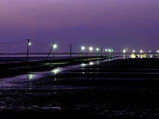 When you visit the Ariake Sea, be sure to enjoy the romantic scenery of nearby Nagabeta Causeway