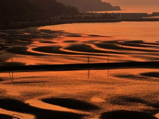 When the mud flat is fully revealed, it can be seen from faraway
