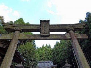 白山神社の古めかしい石鳥居