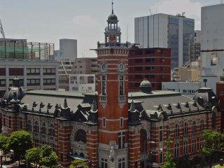 항구 기념공회당은 요코하마 항구 50주년을 기념하기 위해 1917년에 지어졌습니다.