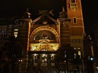 주민들은 항구 기념공회당을 밤낮 이용한다