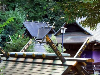 По пути к кумирне Куротацу первое, что вы увидите - красивые крыши построек святилища