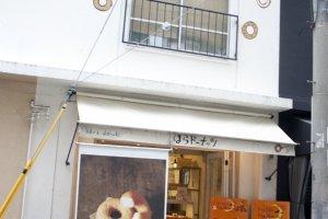 นี่แหละร้านhara donuts (はらドーナッツ) สาขาออริจินอลซึ่งเป็นสาขาดั้งเดิมร้านแรกสุดที่ตั้งอยู่ในเมืองโกเบ