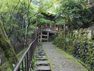 坂道の上に見えるのは地蔵堂