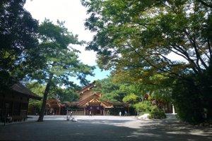 อีกหนึ่งอาคารไม้อันเป็นสถาปัตยกรรมที่แสนงดงามภายในบริเวณศาลเจ้าอัตสึตะ (熱田神宮 / Atsuta Shrine) ซึ่งอาคารนี้ตั้งอยู่ท่ามกลางป่าไม้อันร่มรื่นเขียวขจี