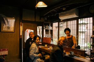 Owner of Rojiusagi with other customers.