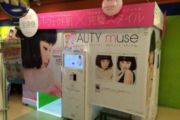 <p>Типичная японская фотокабина &quot;пурикура&quot; встречается во многих развлекательных центрах, магазинах типа &quot;все по 100 йен&quot; и караоке. Эта кабина компании Makesoft называется &quot;Beauty Muse&quot;.</p>