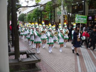 An elementary school in the Aoba Ward area has a marching band in the parade