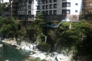 Sungai Kinugawa dan penginapan di sepanjang sungai