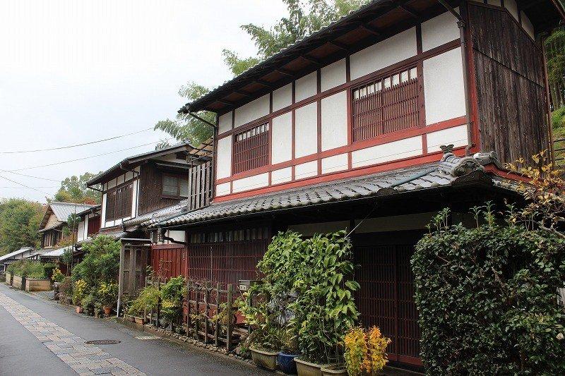 嵯峨鳥居本の町並みはその中間にある化野念仏寺辺りを境にして景観ががらっと変わる。市街地に近い下地区は瓦屋根の町屋風家屋が並び、一の鳥居に近い上地区には茅葺屋根の農家風家屋が多い