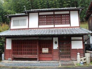 町家風家屋と農家風家屋が混在する嵯峨鳥居本の町並みは、元は農村だったものが愛宕神社の門前町として整って発展していった歴史的な流れを映し出したもので全国的にもとてもめずらしい