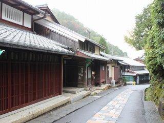 下地区に見られるこれらの町家風家屋は、町屋とは言え、洛中の京町屋とは異なる様相を呈している