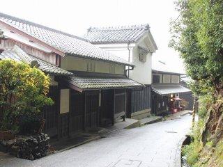 嵯峨鳥居本の町屋は二階部分の天井が低く、虫籠窓(むしこまど)を開く厨子二階(つしにかい)である