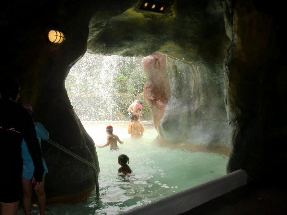 Une source et ses bains chauds sont cachés dans la grotte