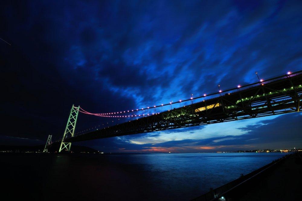 日没直後より橋のLEDが点灯を始める。平日は日没から23時、土・日・祝は24時まで
