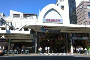 ถนนเทรามาฉิ (寺町通 - Teramachi Street) ย่านการค้าเก่าแก่ของเกียวโตที่ทำการค้ามานานกว่า 400 ปี ปัจจุบันนั้นเป็นย่านการค้าที่ทันสมัย มีร้านค้าต่างๆ มากมายกระจายตัวอยู่ในถนนช้อปปิ้งสายเล็กๆ นี้ และนี่ก็คือประตูทางเข้าฝั่งถนน Shijo ที่เป็นที่รู้จักกันเป็นอย่างดีนั่นเอง ซึ่งบริเวณนี้ยังรายรอบด้วยแหล่งช้อปปิ้งที่ทันสมัย ร้านค้าท้องถิ่น ตลอดจนศาลเจ้าอันศักดิ์สิทธิ์ ที่แทรกตัวอยู่ในเมืองใหญ่บนวิถีชีวิตประจำวันยุคใหม่ได้อย่างกลมกลืนลงตัว