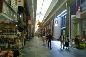 ร้านรวงมากมายกับสินค้าหลากหลายประเภทที่เรียงรายกันอยู่สองข้างทางของถนนเทรามาฉิ (寺町通 - Teramachi Street)