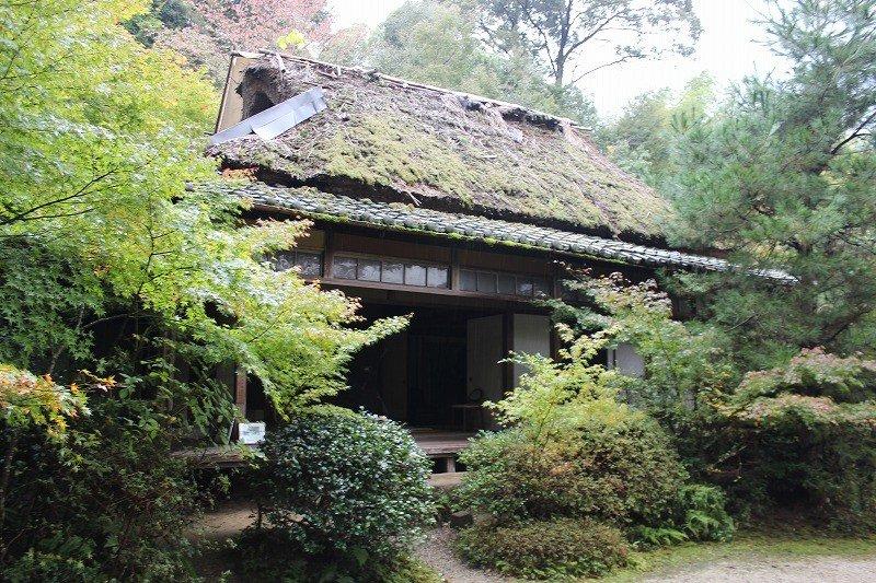 滝口寺。本堂といっても、茅葺屋根の小さな庵である