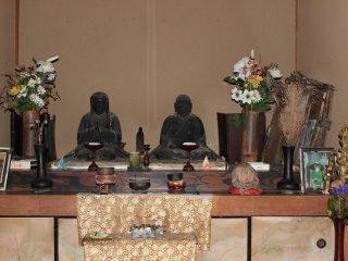 本堂内には、滝口入道と横笛の木像。目が水晶。鎌倉時代後期の特徴でもある