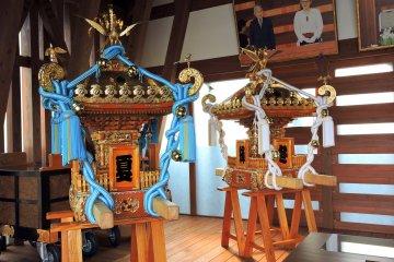 홀 안에는 다채로운 미코시(이동식 신사)가 전시되어 있다. 각각의 색깔은 계절을 나타낸다. 파란색은 여름이고 흰색은 겨울이다
