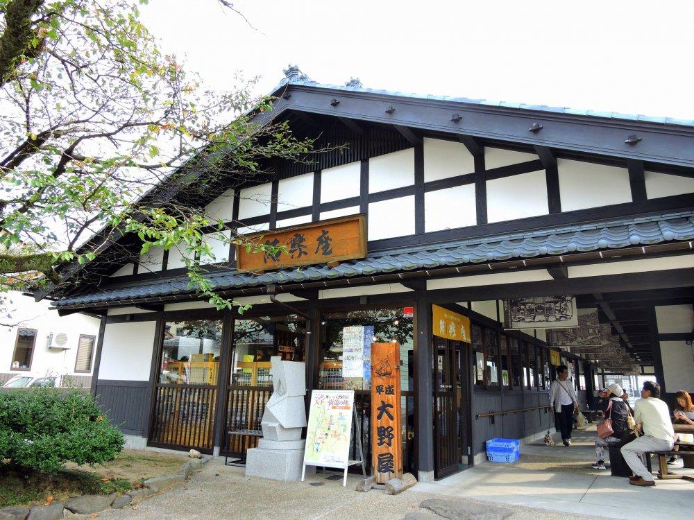 Ga Yui là một trụ sở du lịch nơi bạn có thể mua đặc sản địa phương ( đồ ăn,...vv), nghỉ ngơi, và sau đó bạn có thể đến thăm tòa thành