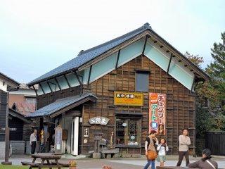 Ở cửa hàng này bạn có thể thử làm một số sản phẩm thủ công truyền thống của Nhật Bản