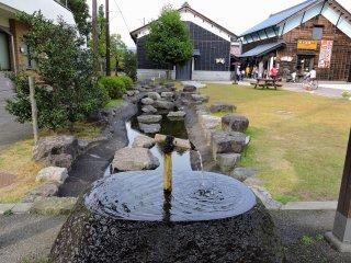Khu đất trống xung quanh là ga  Yui là một bức tranh phong cảnh đẹp. Ở đây cũng có cả một khu vườn Nhật Bản