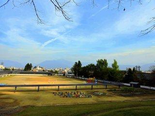 Ngắm nhìn trường tiểu học nằm dưới chân núi, nhìn từ lưng chừng đường lên.